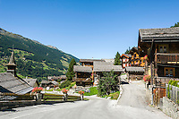 Switzerland, Canton Valais, Ayer VS at Val d'Anniviers: village centre with historic houses | Schweiz, Kanton Wallis, Ayer VS im Val d'Anniviers (Eifischtal): Ortskern mit historischen Haeusern
