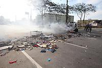 SAO PAULO, SP, 27/09/2013, MANIFESTACAO. Moradores da Favela do Gato interditaram hoje (27), a Marginal Tiete sentido Rod. Ayrton Senna, nas proximidades da ponte Orestes Quercia., zona norte de Sao Paulo. Varias barricadas com fogo foram feitas sobre a via.  LUIZ GUARNIERI/BRAZIL PHOTO PRESS.