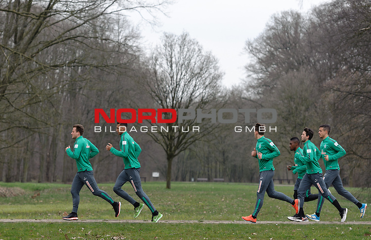 07.04.2015, B&uuml;rgerpark, Bremen, GER, 1.FBL, Training Werder Bremen, im Bild Philipp Bargfrede (Bremen #44), Davie Selke (Bremen #27), Maximilian Eggestein (Bremen #35), C&eacute;dric Makiadi (Bremen #6), Julian von Haacke (Bremen #26), Franco Di Santo (Bremen #9)<br /> <br /> Foto &copy; nordphoto / Frisch