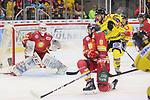 Marco Nowak (Duesseldorfer EG, Nr. 8) gelingt es nicht, einen Schuss von Grant Besse (Krefeld Pinguine, Nr. 94) zu blocken<br /> im DEL-Spiel der Duesseldorfer EG gegen die Krefeld Pinguine (06.03.2020). beim Spiel in der DEL, Duesseldorfer EG (rot) - Krefeld Pinguine (gelb).<br /> <br /> Foto © PIX-Sportfotos *** Foto ist honorarpflichtig! *** Auf Anfrage in hoeherer Qualitaet/Aufloesung. Belegexemplar erbeten. Veroeffentlichung ausschliesslich fuer journalistisch-publizistische Zwecke. For editorial use only.