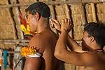 &Iacute;ndios Kalapalos cortando cabelo antes da festa do Kuarup na Aldeia Aiha no Parque Ind&iacute;gena do Xingu | Kalapalo men cutting hair before the Kuarup party at Aiha Village in the Xingu Indigenous Park<br /> <br /> LOCAL: Quer&ecirc;ncia, Mato Grosso, Brasil <br /> DATE: 07/2009 <br /> &copy;Pal&ecirc; Zuppani