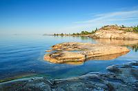 Hjärtformad klipphäll i lugnt spegelblankt hav i Stockholms skärgård