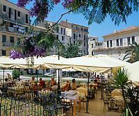 Greece, Corfu, Corfu-Town (Kerkyra): Cafe Scene in Town Hall Square | Griechenland, Korfu, Korfu-Stadt (Kerkyra): Strassencafe am Rathausplatz
