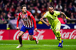Santiago Arias of Atletico de Madrid (L) and Arturo Vidal of FC Barcelona (R) in action during the La Liga 2018-19 match between Atletico Madrid and FC Barcelona at Wanda Metropolitano on November 24 2018 in Madrid, Spain. Photo by Diego Souto / Power Sport Images