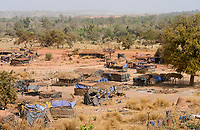 MALI, Kayes, Sadiola, artisanal gold mining, camp of small scale miner / Klein-Goldbergbau Camp