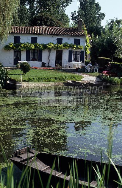 Europe/France/Poitou-Charentes/79/Deux-S&egrave;vres/Coulon&nbsp;: Marais poitevin et maison maraichine<br /> PHOTO D'ARCHIVES // ARCHIVAL IMAGES<br /> FRANCE 1990