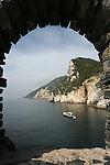 Falaises de Muzzerone vu depuis les remparts de Portovenere. Parc national des Cinque Terre. Ligurie. Italie.