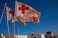 Tunisie RasDjir Camp UNHCR de refugies libyens a la frontiere entre Tunisie et Libye ....Tunisia Rasdjir UNHCR refugees camp  Tunisian and Libyan border  Tunisia campo profughi di Djiba al confine tra tunisia e Libia  drapeaux de la croix rouge  zone italienne  bandiere della Croce Rossa  zona italiana