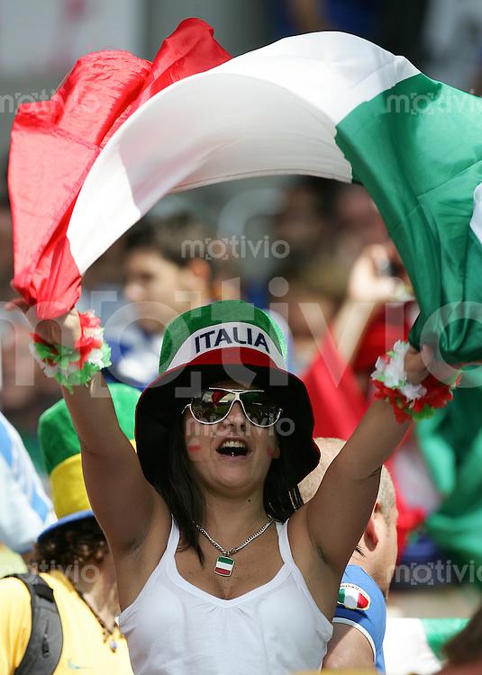 Fussball WM 2006 Achtelfinale in Kaiserslautern, Italien - Australien Weiblicher Italien Fan.