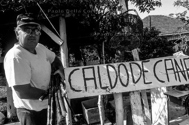 Brazsile - Bento Gonçalves è un comune del Brasile nello Stato del Rio Grande do Sul. Un venditore di Caldo de Cana.