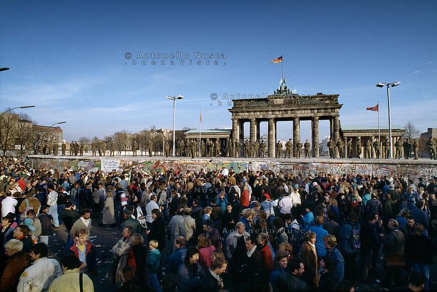 Berlino, 9 Novembre, 1989. Una folla di tedeschi aspettando la caduta del muro davanti la Porta di Brandeburgo.People waiting in front of the Brandenburg Gate.