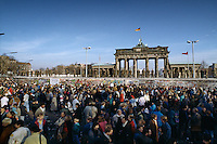 Berlino, 9 Novembre, 1989. Una folla di tedeschi aspettando la caduta del muro davanti la Porta di Brandeburgo.People waiting in front of the Brandenburg Gate.