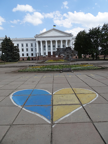 Herz in den ukrainischen Nationalfarben vor dem Kulturpalast / Kramatorsk liegt im ukrainischen Teil des Donbass 80 km von der Frontlinie entfernt. Die Bewohner sind sehr patriotisch.