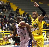 BOGOTA -COLOMBIA, 6-MARZO-2015.  Cristian Arboleda  (Izq)  de Guerreros de Bogota en accion contra  Jhon Hernandez  de Bucaros durante partido de la quinta fecha de la Liga DIRECTV de baloncesto 2015 jugado en el coliseo el Salitre .Guerreros se impuso 92-87 a Bucaros. / Cristian Arboleda  (L)  of Guerreros of Bogota in action against Jhon Hernandez of Bucaros  during  game of  the fifth round of the liga  DIRECTV 2015 of Basketball  played at the Coliseum Salitre .Guerreros won 92-87 to Bucaros . Photo / VizzorImage / Felipe Caicedo  / Staff