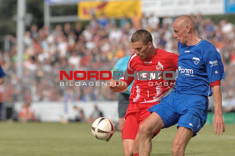 DFB Pokal 2009/2010,  1. Hauptrunde,  BSV Kickers Emden vs. 1. FC KŲln,  <br /> Lukas Podolski (KŲln #10 rot) am Ball gegen Holger Willms (Emden #13 blau)<br /> <br /> <br /> Foto &copy; nph (  nordphoto  )<br /> <br />  *** Local Caption *** <br /> Fotos sind ohne vorherigen schriftliche Zustimmung ausschliesslich fŁr redaktionelle Publikationszwecke zu verwenden.<br /> <br /> Auf Anfrage in hoeherer Qualitaet/Aufloesung
