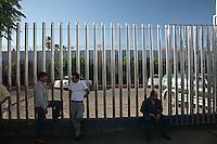 Messico Nogales Confine Arizona  Migranti Messicani davanti al muro che separa i due stati<br /> Messico Nogales Confine Arizona  Migranti Messicani davanti al muro che separa i due stati