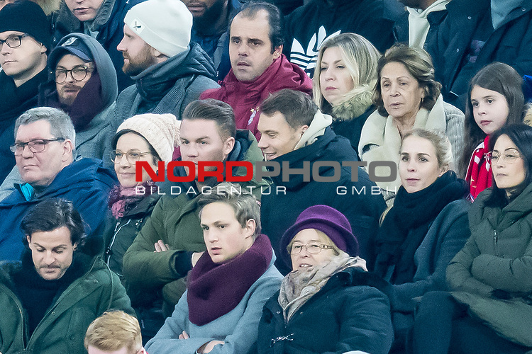 09.02.2019, Allianz Arena, Muenchen, GER, 1.FBL,  FC Bayern Muenchen vs. FC Schalke 04, DFL regulations prohibit any use of photographs as image sequences and/or quasi-video, im Bild Manuel Neuer (FCB #1) friert unter den Zuschauern <br /> <br />  Foto © nordphoto / Straubmeier