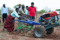 MALAWI, Lilongwe, hand tractor tarining for women small scale  farmer / MALAWI, Lilongwe, GIZ Projekt gruene Innovationszentren, Handtraktor Training fuer Kleinbauern am Natural Resources College NRC, Farmerin Grace Matumola, 48, aus Dorf Jumpha