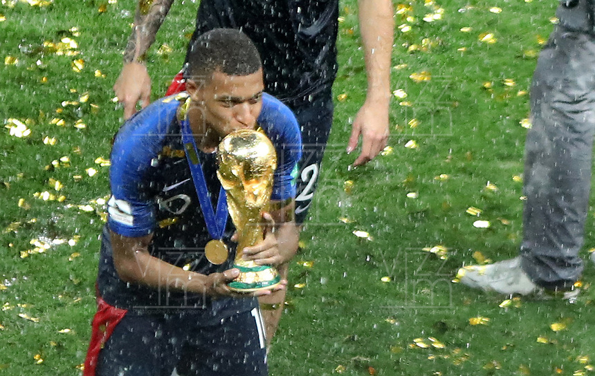 MOSCU - RUSIA, 15-07-2018: Kylian MBAPPE jugador de Francia besa el trofeo para celebrar como campeón del mundo después del partido por la final entre Francia y Croacia de la Copa Mundial de la FIFA Rusia 2018 jugado en el estadio Luzhnikí en Moscú, Rusia. / Kylian MBAPPE player of France kisses the trophy to celebrate as world champion after the match between France and Croatia of the final for the FIFA World Cup Russia 2018 played at Luzhniki Stadium in Moscow, Russia. Photo: VizzorImage / Cristian Alvarez / Cont