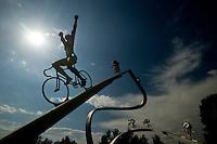 """Denkmal mit Namen """"Le Tour de France dans les Pyrénées""""im Volksmund """"La Grande Boucle"""" , est une sculpture monumentale réalisée par Jean-Bernard Métais et installée sur l'aire des Pyrénées de l'autoroute A 64 à Ger en France1,2,3. Elle représente une ascension (possiblement celle du col du Tourmalet) remportée par le coureur maillot jaune devant sept autres coureurs. Elle a été réalisée en 1995-1996 ; elle mesure 18 mètres de haut pour 30 mètres de large4."""