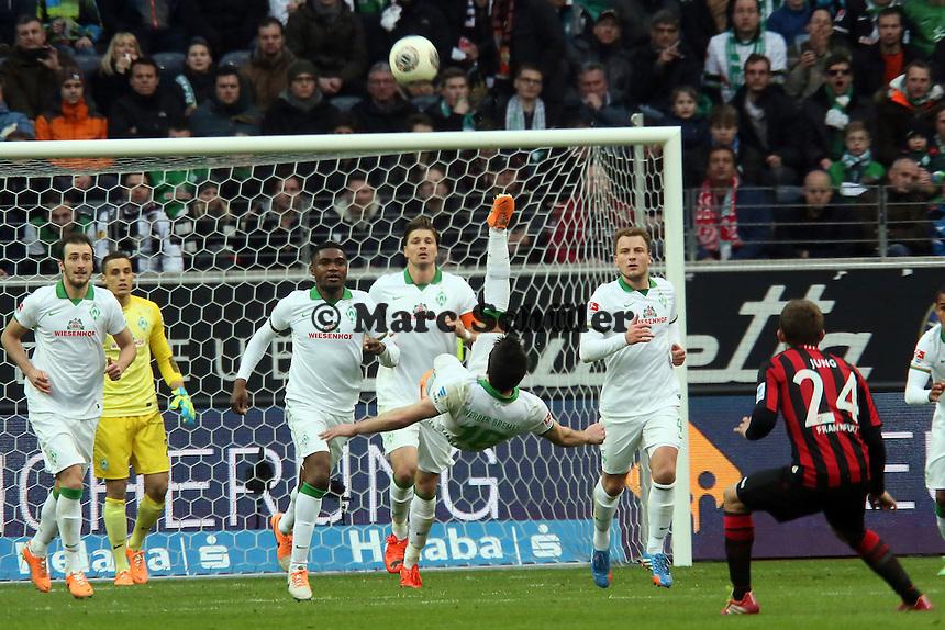 Zlatko Junuzovic (Werder) klaert per Fallrueckzieher - Eintracht Frankfurt vs. SV Werder Bremen