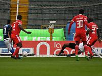 BOGOTA - COLOMBIA - 04 – 03 - 2018: Ayron del Valle (Izq.), jugador de Millonarios, anota gol a Carlos Bejarano (Der.), portero de America de Cali, durante partido de la fecha 6 entre Millonarios y America de Cali, por la Liga Aguila I 2018, jugado en el estadio Nemesio Camacho El Campin de la ciudad de Bogota. / Ayron del Valle (L) player of Millonarios scored a goal to Carlos Bejarano (R), goalkeeper of America de Cali, during a match of the 6th date between Millonarios and America de Cali, for the Liga Aguila I 2018 played at the Nemesio Camacho El Campin Stadium in Bogota city, Photo: VizzorImage / Luis Ramirez / Staff.