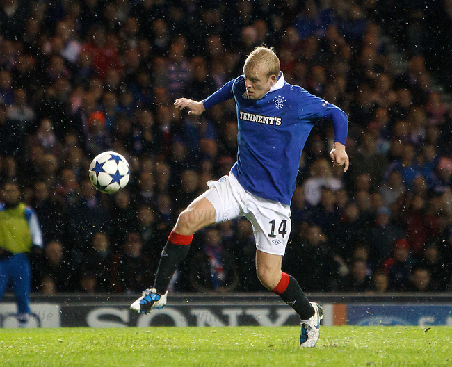 Steven Naismith misses when clear through