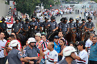 SÃO PAULO, SP, 05 DE MAIO DE 2013 - CAMPEONATO PAULISTA - SÃO PAULO x CORINTHIANS: Movimentação de torcedores do lado de fora do estádio do Morumbi antes da partida São Paulo x Corinthians, válida pela semifinal do Campeonato Paulista de 2013, disputada no estádio do Morumbi em São Paulo. FOTO: LEVI BIANCO - BRAZIL PHOTO PRESS.