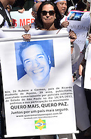 SAO PAULO, 18 DE AGOSTO DE 2012 - MANIFESTACAO CASO BIANCA - Carmen, mae do publicitario Ricardo Prudente de Aquino, morto por policiais militares durante protesto que pede que o assasino da menina Bianca seja levado a Juri Popular e por aumento da pena maxima para crimes ediondos, no vao livre do MASP, Avenida Paulista, regiao central da capital, no inicio da tarde deste sabado. FOTO: ALEXANDRE MOREIRA - BRAZIL PHOTO PRESS