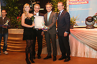 Innungsbeste Kira Vowinkel (Friseur) mit Kreishandwerksmeister Ulrich Gehron, Walter Astheimer (Grüne, 1. Kreisbeigeordneter), Dr. Christof Riess (Hauptgeschäftsführer Handwerkskammer Frankfurt-Rhein-Main)