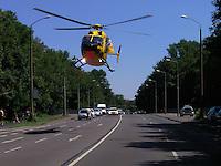 Ein Rettungshubschrauber beim Starten Landen auf einer Hauptstrasse (Schleussiger Weg) in Leipzig. Photo: Stefan Nöbel-Heise