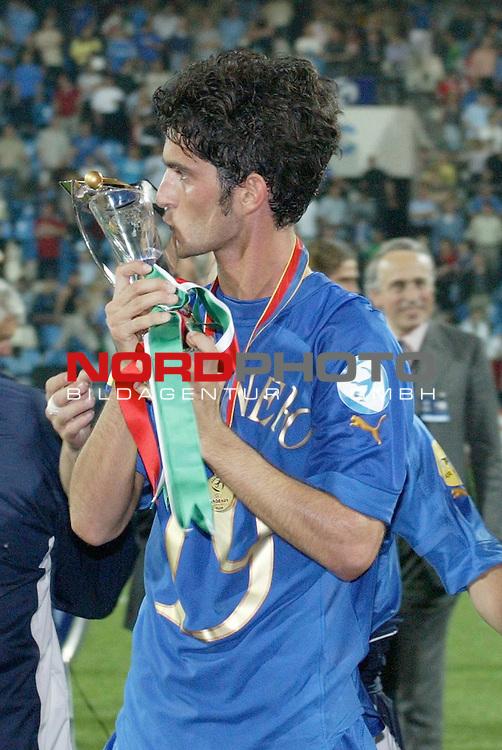 U21 - EM 2004 - Finale<br /> <br /> Serbien und Montenegro vs. Italien<br /> <br /> Europameister 2004 der U21 ist Italien. Simone Del Nero kuesst den Pokal.<br /> <br /> Foto &copy; nordphoto - Ruediger Lampe<br /> <br /> <br /> <br /> <br /> <br /> <br /> <br />  *** Local Caption *** Foto ist honorarpflichtig! zzgl. gesetzl. MwSt.<br /> <br />  Belegexemplar erforderlich<br /> <br /> Adresse: nordphoto<br /> <br /> Georg-Reinke-Strasse 1<br /> <br /> 49377 Vechta