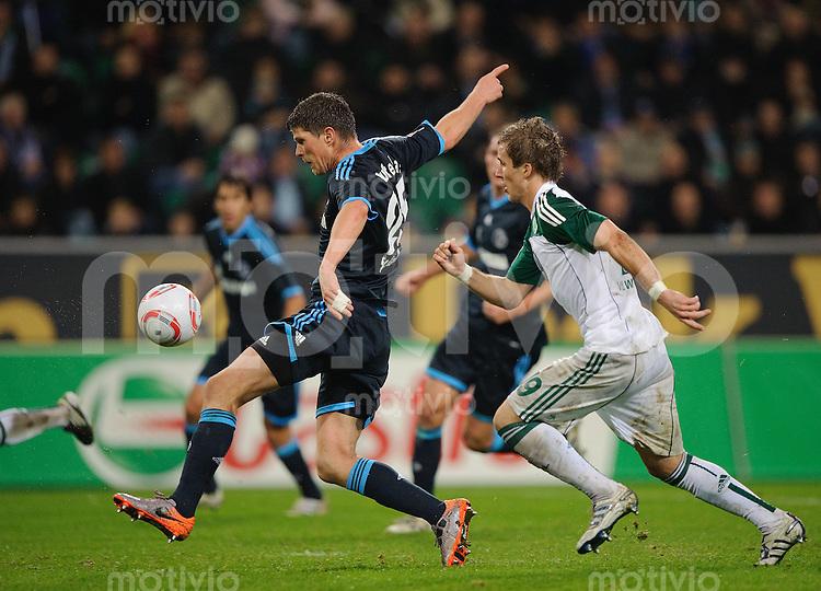 Fussball Bundesliga Saison 2010/2011 VFL Wolfsburg - FC Schalke 04 V.l.: Klaas-Jan HUNTELAAR (Schalke) gegen Peter PEKARIK (Wolfsburg).