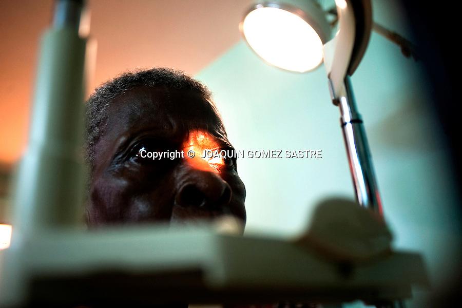 Mujer pasando consulta de oftalmologia en el hospital de Afagnan en Togo