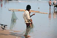 Fischer am Strand, Puri, Orissa, Indien