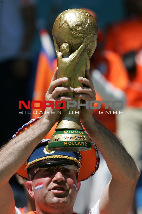 FIFA WM 2006 -  Gruppe C  Vorrunde ( Group C )<br /> Play  #6 (11-Jun) - Serbia and Montenegro vs Netherlands 0:1<br /> <br /> Fan von Niederlande mit Fifa Weltpokal Atrappe.<br /> <br /> Foto &copy; nordphoto