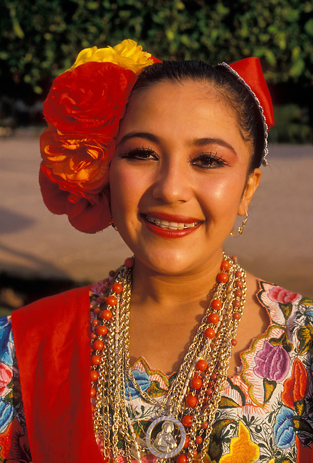 Maya woman wearing huipil, Plaza de la Independencia, Merida, Yucatan State, Yucatan Peninsula, Mexico, North America