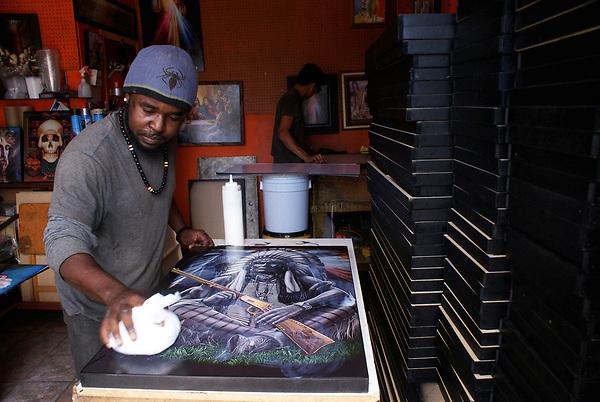 ACOMPAÑA CRÓNICA: MÉXICO MIGRACIÓN - MEX05. TIJUANA(MÉXICO), 16/06/2017.- Fotografía del 22 de mayo 2017, del ciudadano haitiano Louissaint Roosevelt quien trabaja en su pequeño taller de cuadros y es uno de los más de 3.000 haitianos que todavía permanecen en el noroccidental Baja California, donde miles de migrantes de esa nacionalidad estuvieron varados durante semanas a la espera de cruzar la frontera con Estados Unidos. En septiembre del pasado año, Tijuana sufrió una aguda crisis migratoria cuando cientos de haitianos quedaron varados en el lugar; a día de hoy, muchos de ellos han logrado integrarse a la vida productiva de esta ciudad del norte de México, donde a su vez han llevado su propia cultura. EFE/Alejandro Zepeda