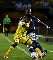 BOGOTA - COLOMBIA - 22 – 03 - 2018: Felipe Banguero (Der.) jugador de Millonarios disputa el balón con Yhormar Hurtado (Izq.) jugador de Alianza Petrolera, durante partido aplazado de la fecha 8 entre Millonarios y por la Liga Aguila I 2018, jugado en el estadio Nemesio Camacho El Campin de la ciudad de Bogota. / Felipe Banguero (R) player of Millonarios vies for the ball with Yhormar Hurtado (L) player of Alianza Petrolera, during a posponed match of the 8th date between Millonarios and Alianza Petrolera, for the Liga Aguila I 2018 played at the Nemesio Camacho El Campin Stadium in Bogota city, Photo: VizzorImage / Luis Ramirez / Staff.