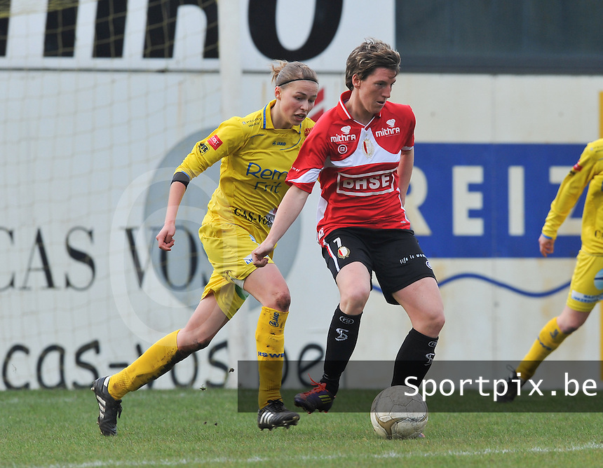 1/2 Halve finale Beker van Belgie ; Waasland Beveren Sinaai Girls - Standard Femina de Liege : aline Zeler aan de bal voor Anouk Bonnarens..foto DAVID CATRY / Vrouwenteam.be
