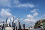 Simgapore: la skyline della citta con i grattacieli che si affacciano su Marina Bay