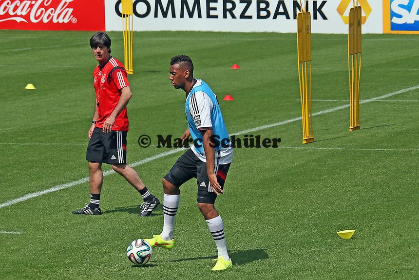 Bundestrainer Joachim Löw sieht Jerome Boateng zu - Trainingslager der Deutschen Nationalmannschaft zur WM-Vorbereitung in St. Martin