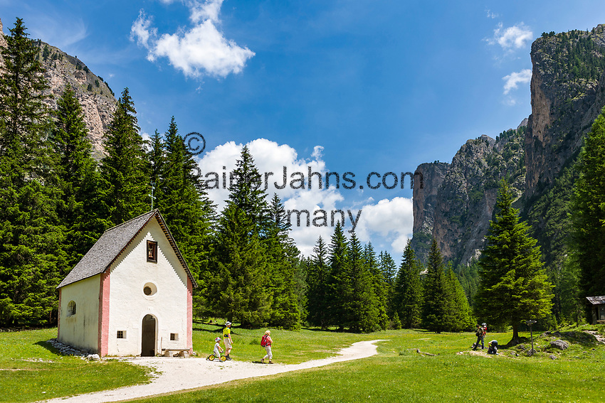 Italy, South Tyrol (Trentino - Alto Adige), Dolomites, near Selva di Val Gardena: Valley Langental (Vallunga) in Puez-Geisler Nature Park, a popular hiking area in summer, chapel Silvestro at valley entrance with Chedul mountains to the right | Italien, Suedtirol (Trentino - Alto Adige), Dolomiten, bei Wolkenstein in Groeden: das Langental (Vallunga) im Naturpark Puez-Geisler, ein Wanderparadies im Sommer, die Sylvesterkapelle am Taleingang, rechts die Chedul-Berge