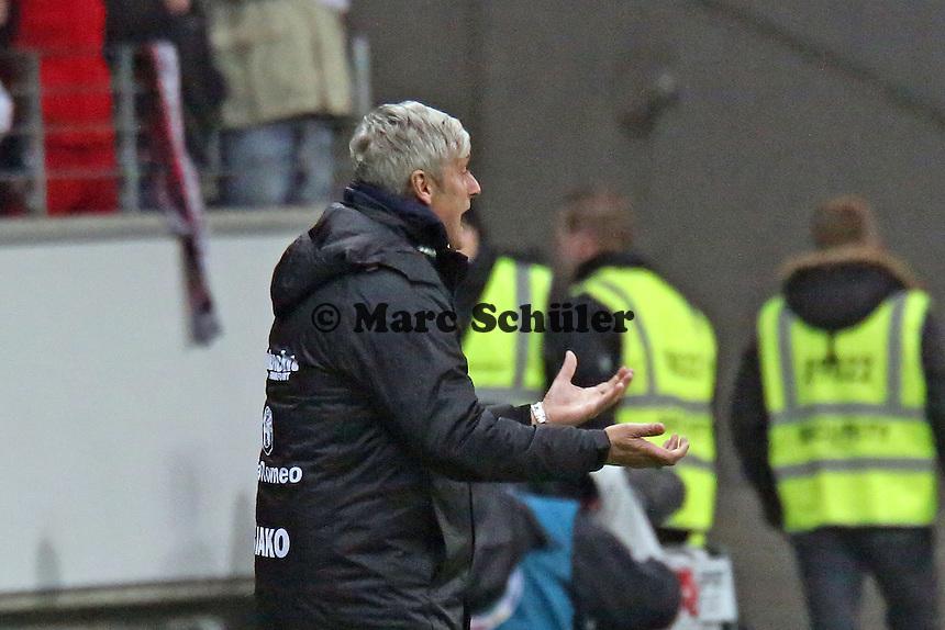 Trainer Armin Veh (Eintracht) regt sich auf - Eintracht Frankfurt vs. SV Sandhausen, DFB-Pokal, Commerzbank Arena