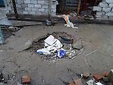 """Granateneinschlag in Debalzewe. Kaum eine andere Stadt im Donbass hat so sehr unter den Kriegshandlungen gelitten wie Debalzewe. Heute versuchen die Separatisten der """"Donezker Volksrepublik"""", Debalzewe als Musterstadt wieder aufzubauen."""