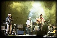 Peppe D'Argenzio e due componenti la sua band durante il concerto.