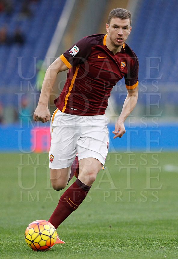 Calcio, Serie A: Roma vs Hellas Verona. Roma, stadio Olimpico, 17 gennaio 2016.<br /> Roma&rsquo;s Edin Dzeko in action during the Italian Serie A football match between Roma and Hellas Verona at Rome's Olympic stadium, 17 January 2016.<br /> UPDATE IMAGES PRESS/Isabella Bonotto
