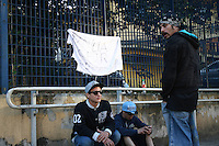 SAO PAULO,SP - 09.09.2013 -  CHAMPIGNON/EX-CHARLIE BROWN JR/MORTE - Movimentação de fãs em frente ao IML (Instituto Médico Legal) onde está o corpo do ex-integrante da banda Charlie Brown Jr., Luiz Carlos Leão Duarte Junior, conhecido como Champignon, após ser encontrado morto com um tiro na cabeça em sua casa na Rua Doutor Luiz Migliano, região do Morumbi, em São Paulo (SP), na madrugada desta segunda-feira (09). A polícia trabalha com a hipótese de suicídio. O caso foi registrado no 89º DP.(Foto: Mauricio Camargo Brazil Photo Press).