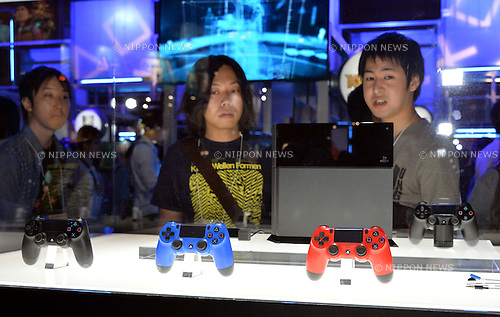 September 19, 2013, Tokyo, Japan - Visitors mill around the Sony booth at the Makuhari Messe convention center on the opening day of the Tokyo Game Show, one of the world's biggest trade show for video game developers, in Makuhari, east of Tokyo, on Thursday, September 19, 2013. Sony and Microsoft are the two most-focused exhibitors this year, showcasing new consoles - PlayStation 4 from Sony and Microsoft's Xbox One - in the four-day run. (Photo by Natsuki Sakai/AFLO)