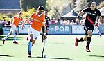 BLOEMENDAAL   - Hockey -  2e wedstrijd halve finale Play Offs heren. Bloemendaal-Amsterdam (2-2) . A'dam wint shoot outs. Xavi Lleonart Blanco (Bldaal) met Justin Reid-Ross (A'dam).  COPYRIGHT KOEN SUYK
